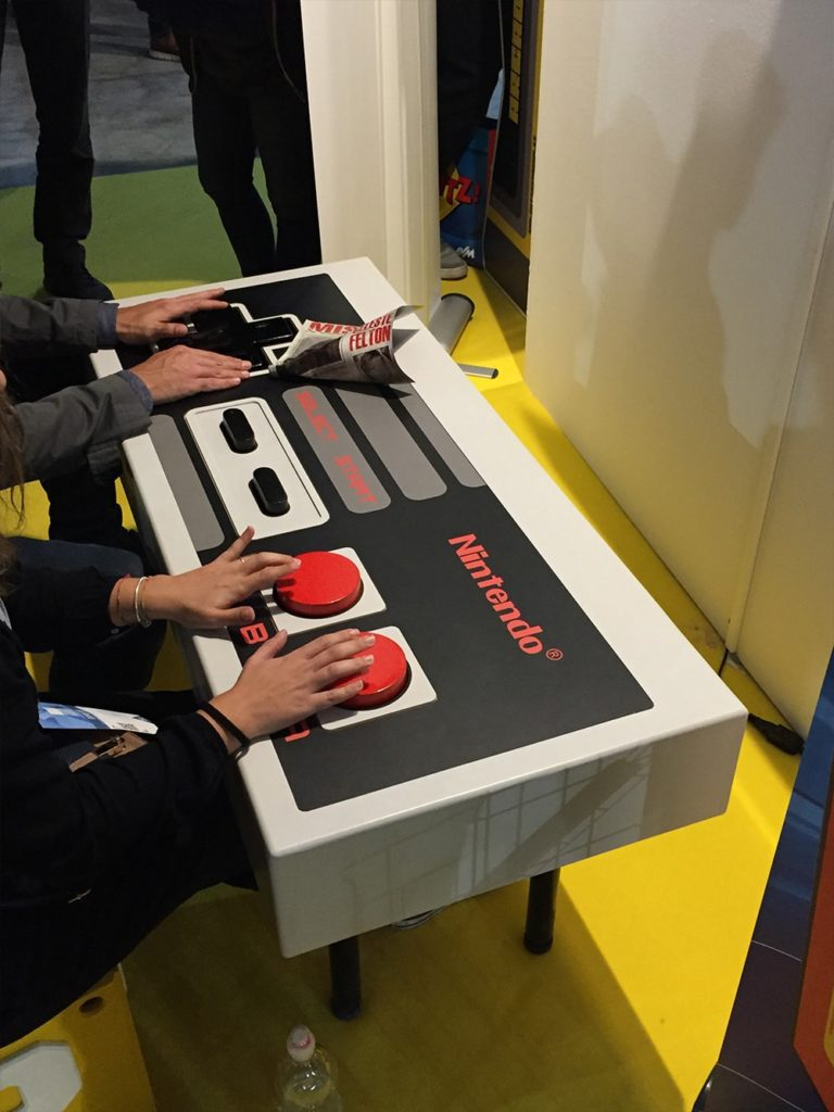 milan-games-week-2017-joystick-gigante-nintendo-super-colors-min