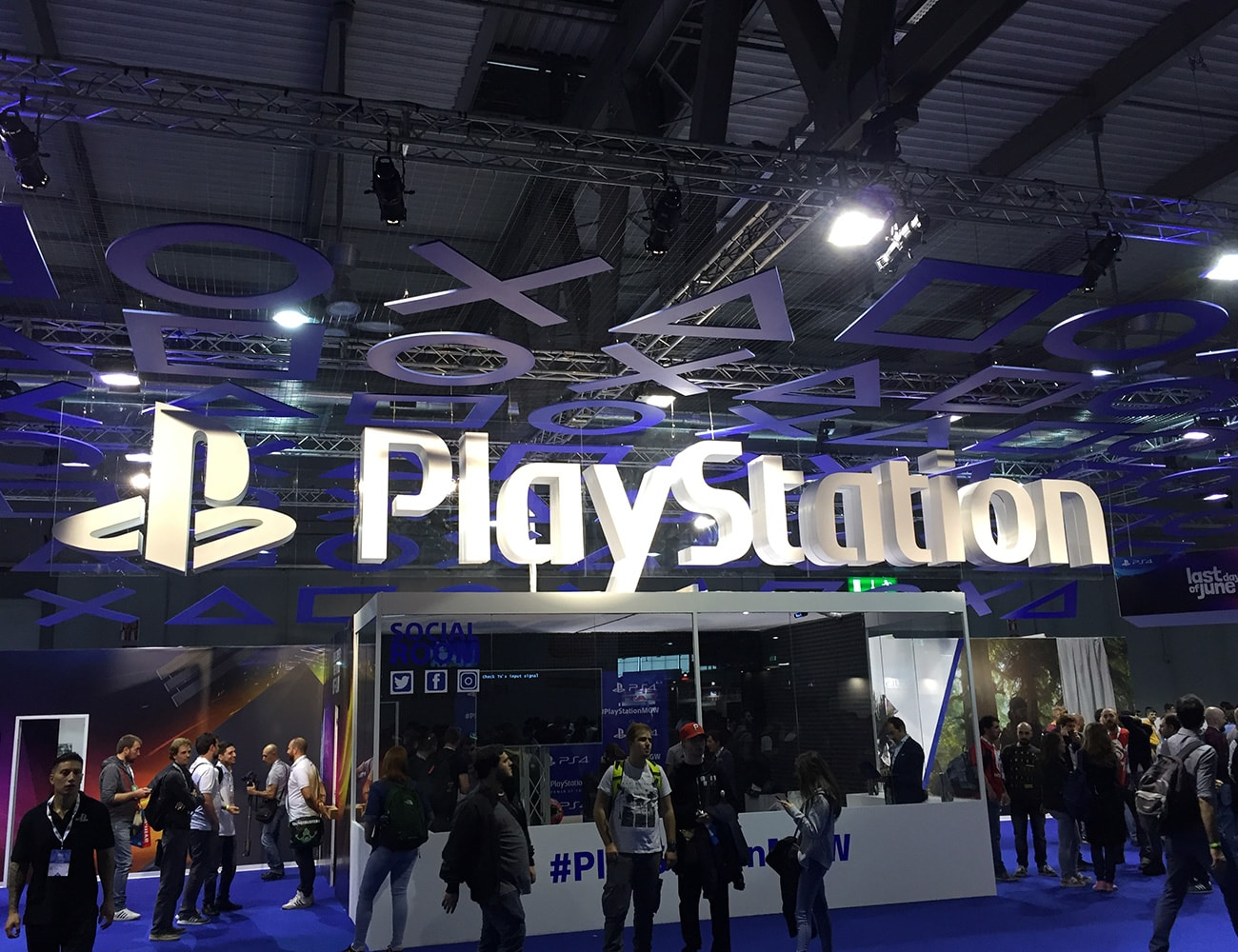 milan-games-week-2017-stand-playstation-super-colors-min